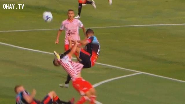Tranh bóng quyết liệt, cầu thủ tung cú đá thẳng mặt khiến đối thủ nằm bất động bị đuổi ra khỏi sân