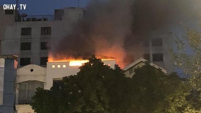 Hà Nội - Cửa hàng quần áo cháy nổ đùng đoàng như pháo