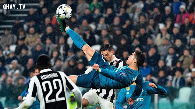 Ronaldo tái hiện kỹ thuật 'xe đạp chổng ngược'